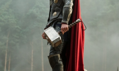 Thor_Hammer_Mjolnir_Chris_Hemsworth_The_Dark_World_2560x1600