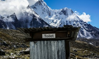mount-everest-toilet-featured