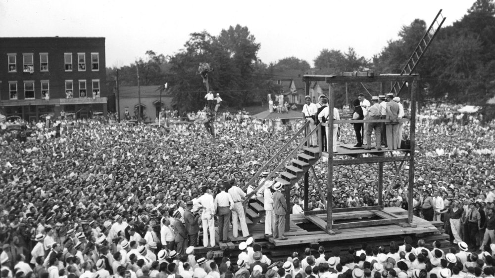 A crowd of 15,000 gather for America's last public execution in 1936.