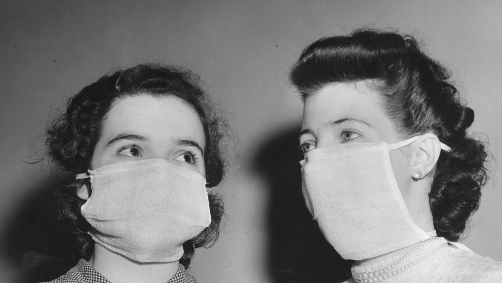 Women in masks during the Great Smog