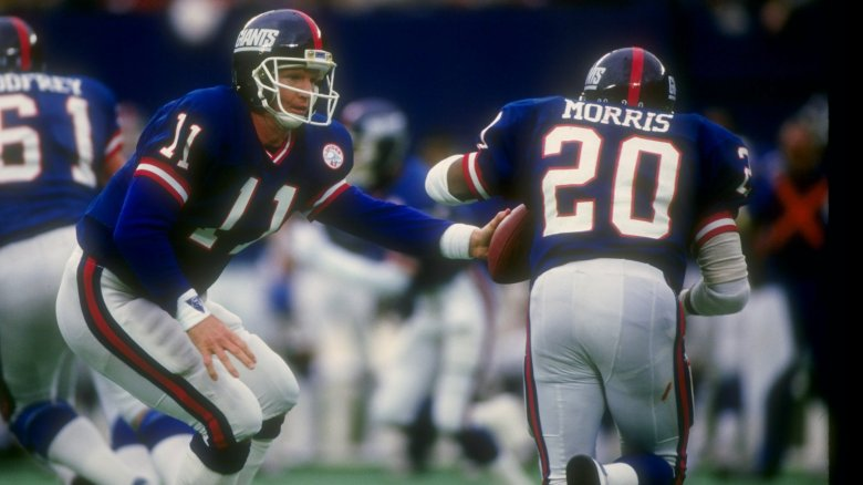 Giants QB Phil Simms handing off to RB Joe Morris