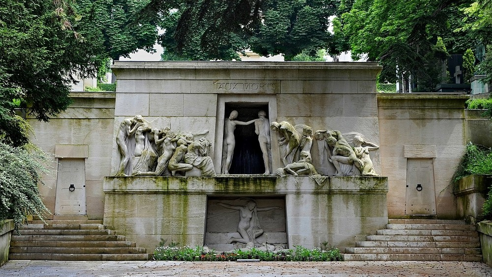 Pere Lachaise ossuary with grieving statues